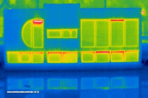 Infraroodfoto van woonboot om energieverlies in kaart te brengen.