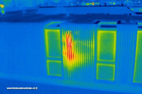 Infrarood foto van woonark met isolatie lek.
